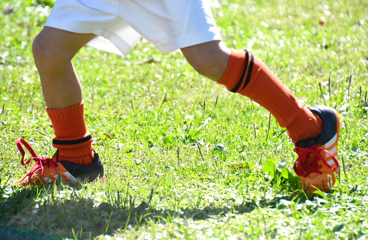 芝生を走る子供